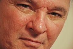 Hombre mayor con mirar fijamente de los ojos de Brown Imagenes de archivo
