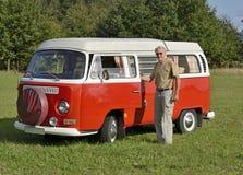 Hombre mayor con su coche retro imagenes de archivo