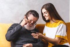 Hombre mayor con su hija imagenes de archivo
