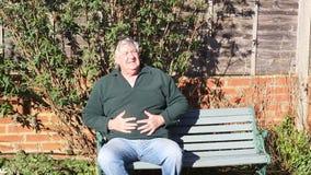 Hombre mayor con un mún estómago Dolor de estómago almacen de video