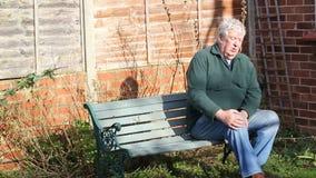Hombre mayor con un malo o una rodilla herida artritis metrajes