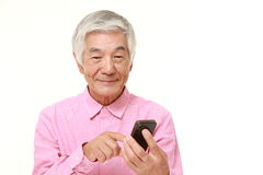 Hombre mayor con un teléfono elegante Imágenes de archivo libres de regalías
