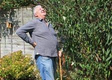 Hombre mayor con una parte posterior dolorosa del malo ciática Imágenes de archivo libres de regalías