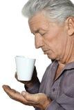 Hombre mayor con una taza Foto de archivo libre de regalías