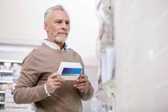 Hombre mayor confiado que selecciona la medicación Fotografía de archivo