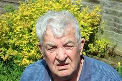 Hombre mayor confundido, desconcertado o raro Imagen de archivo libre de regalías