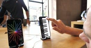 Hombre mayor curioso que usa GarageBand App que juega el piano almacen de video