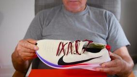 Hombre mayor del atleta que prueba a Nike Runner Shoes metrajes