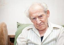 Hombre mayor descontentado imagen de archivo