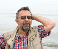 Hombre mayor despreocupado pacífico en el fondo del mar Fotografía de archivo libre de regalías