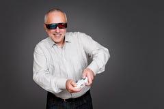 Hombre mayor emocionado con la palanca de mando Fotos de archivo