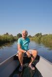 Hombre mayor en barco de motor Imagenes de archivo