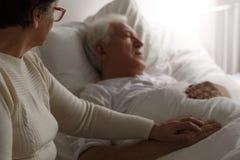 Hombre mayor en cama de hospital Imágenes de archivo libres de regalías