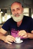 Hombre mayor en el café con una taza de café Imágenes de archivo libres de regalías