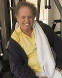 Hombre mayor en el gimnasio Foto de archivo libre de regalías