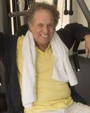 Hombre mayor en el gimnasio Foto de archivo