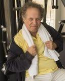 Hombre mayor en el gimnasio Imágenes de archivo libres de regalías