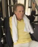 Hombre mayor en el gimnasio Fotografía de archivo libre de regalías