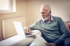 Hombre mayor en el país Fotos de archivo