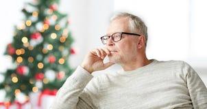 Hombre mayor en el pensamiento de los vidrios Fotografía de archivo libre de regalías