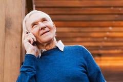 Hombre mayor en el teléfono Imagen de archivo libre de regalías