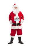 Hombre mayor en el traje de Papá Noel con un número de la raza Fotos de archivo libres de regalías