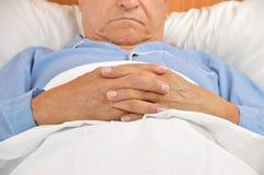 Hombre mayor en hospital fotos de archivo