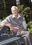 Hombre mayor en jardín Imágenes de archivo libres de regalías