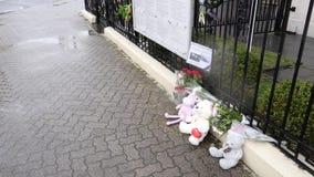 hombre mayor en la banda rusa de la bandera en las víctimas de luto de la embajada rusa del consulado almacen de metraje de vídeo