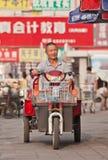 Hombre mayor en la bici eléctrica, Pekín, China Fotos de archivo libres de regalías