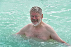 Hombre mayor en laguna azul Imagen de archivo