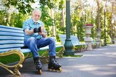 Hombre mayor en pcteres de ruedas al aire libre Imagen de archivo
