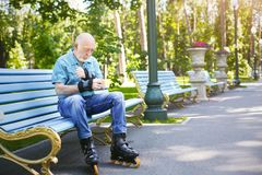 Hombre mayor en pcteres de ruedas al aire libre Imagen de archivo libre de regalías