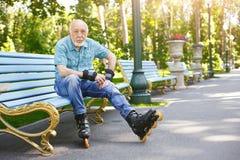 Hombre mayor en pcteres de ruedas al aire libre Fotos de archivo libres de regalías