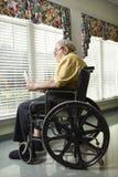 Hombre mayor en sillón de ruedas fotos de archivo