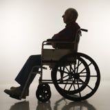 Hombre mayor en sillón de ruedas. imagenes de archivo