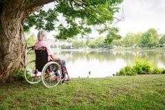 Hombre mayor en silla de ruedas fotos de archivo libres de regalías