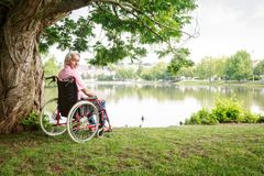 Hombre mayor en silla de ruedas imágenes de archivo libres de regalías