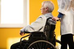 Hombre mayor en silla de ruedas Foto de archivo libre de regalías