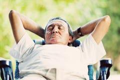 Hombre mayor en tiempo de la siesta Imagen de archivo