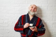 Hombre mayor feliz con café de consumición de la barba Fotos de archivo libres de regalías