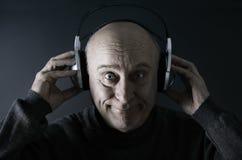 Hombre mayor feliz con los receptores de cabeza Imágenes de archivo libres de regalías