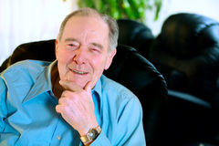 Hombre mayor feliz en la risa de los años ochenta Foto de archivo libre de regalías
