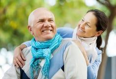 Hombre mayor feliz y mujer madura sonriente imagenes de archivo