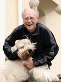 Hombre mayor feliz y su perro imagen de archivo libre de regalías