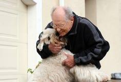 Hombre mayor feliz y su perro Imágenes de archivo libres de regalías