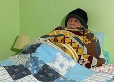 Hombre mayor frío Ninguna calefacción austeridad fotografía de archivo libre de regalías