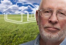 Hombre mayor melancólico con el campo de hierba y la casa de Ghosted detrás Foto de archivo libre de regalías
