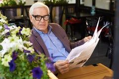 Hombre mayor moderno que disfruta de mañana en el retiro Imágenes de archivo libres de regalías