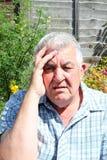 Hombre mayor muy preocupante y tensionado. imagen de archivo
